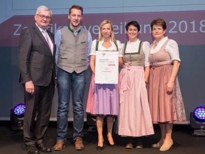 Familienministerin Juliane Bogner-Strauß überreicht das Gütezeichen familienfreundlichegemeinde an die Gemeinde Mining