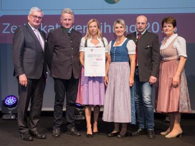Familienministerin Juliane Bogner-Strauß überreicht das Gütezeichen familienfreundlichegemeinde an die Gemeinde Ahorn