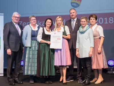 Familienministerin Juliane Bogner-Strauß überreicht das Gütezeichen familienfreundlichegemeinde an die Gemeinde Attersee am Attersee