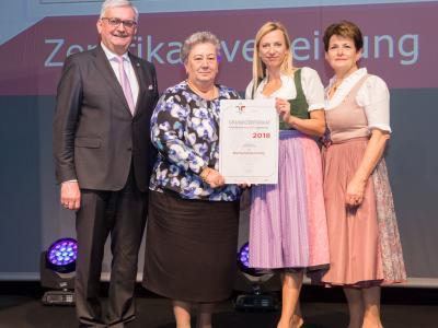 Familienministerin Juliane Bogner-Strauß überreicht das Gütezeichen familienfreundlichegemeinde an die Marktgemeinde Lenzing