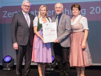 Familienministerin Juliane Bogner-Strauß überreicht das Gütezeichen familienfreundlichegemeinde an die Marktgemeinde Leopoldschlag