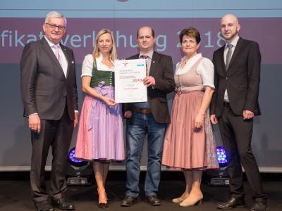 Familienministerin Juliane Bogner-Strauß überreicht das Gütezeichen familienfreundlichegemeinde an die Gemeinde Schalchen