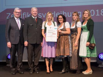 Familienministerin Juliane Bogner-Strauß überreicht das Gütezeichen familienfreundlichegemeinde an die Gemeinde Nußdorf am Haunsberg