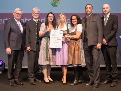 Familienministerin Juliane Bogner-Strauß überreicht das Gütezeichen familienfreundlichegemeinde an die Gemeinde Bergheim
