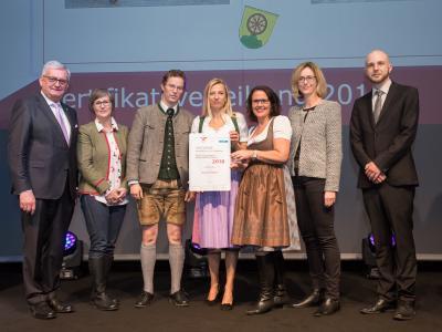 Familienministerin Juliane Bogner-Strauß überreicht das Gütezeichen familienfreundlichegemeinde an die Gemeinde Ebenau