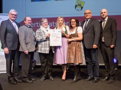 Familienministerin Juliane Bogner-Strauß überreicht das Gütezeichen familienfreundlichegemeinde an die Gemeinde Elixhausen