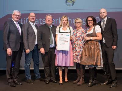 Familienministerin Juliane Bogner-Strauß überreicht das Gütezeichen familienfreundlichegemeinde an die Marktgemeinde Grödig