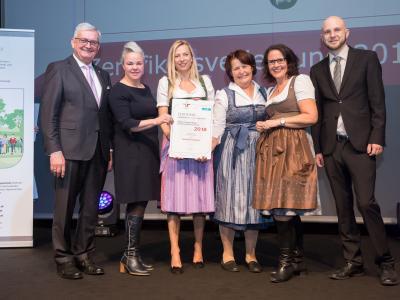 Familienministerin Juliane Bogner-Strauß überreicht das Gütezeichen familienfreundlichegemeinde an die Gemeinde Leogang