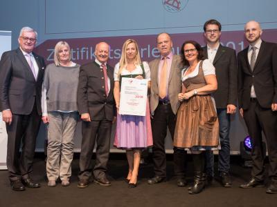 Familienministerin Juliane Bogner-Strauß überreicht das Gütezeichen familienfreundlichegemeinde an die Gemeinde Mühlbach am Hochkönig