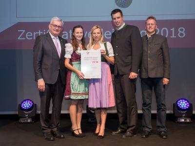 Familienministerin Juliane Bogner-Strauß überreicht das Gütezeichen familienfreundlichegemeinde an die Marktgemeinde Hopfgarten im Brixental