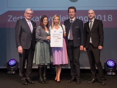 Familienministerin Juliane Bogner-Strauß überreicht das Gütezeichen familienfreundlichegemeinde an die Gemeinde Hatting