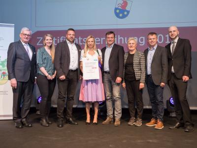 Familienministerin Juliane Bogner-Strauß überreicht das Gütezeichen familienfreundlichegemeinde an die Marktgemeinde Kundl