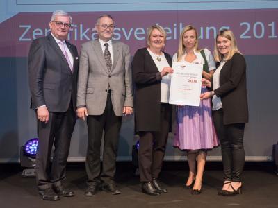 Familienministerin Juliane Bogner-Strauß überreicht das Gütezeichen familienfreundlichegemeinde an die Gemeinde Mäder