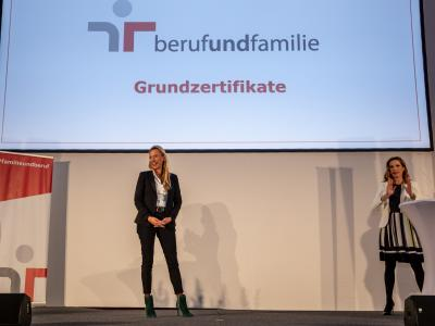 Familienministerin Bogner-Strauß überreicht staatliches Gütezeichen an 112 Unternehmen, Institutionen und Hochschulen