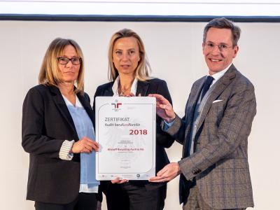 Familienministerin Juliane Bogner-Strauß überreicht das Gütezeichen berufundfamilie an die Altstoff Recycling Austria AG