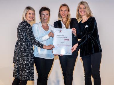Familienministerin Juliane Bogner-Strauß überreicht das Gütezeichen berufundfamilie an Ernst & Young