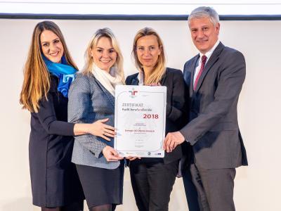 Familienministerin Juliane Bogner-Strauß überreicht das Gütezeichen berufundfamilie an die Energie AG Oberösterreich