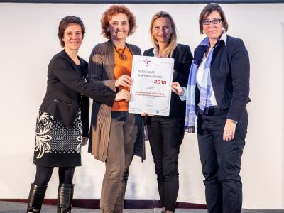 Familienministerin Juliane Bogner-Strauß überreicht das Gütezeichen berufundfamilie an die Erste Group Bank AG, Erste Bank der österreichischen Sparkassen AG