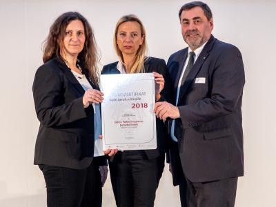Familienministerin Juliane Bogner-Strauß überreicht das Gütezeichen berufundfamilie an die GW St. Pölten Integrative Betriebe GmbH