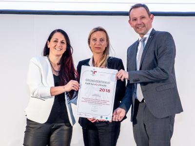 Familienministerin Juliane Bogner-Strauß überreicht das Gütezeichen berufundfamilie an Hammerer Aluminium Industries