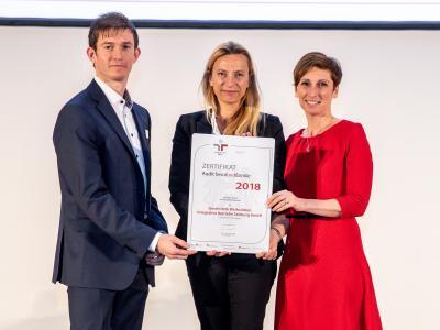 Familienministerin Juliane Bogner-Strauß überreicht das Gütezeichen berufundfamilie an die Geschützte Werkstätten - Integrative Betriebe Salzburg GmbH