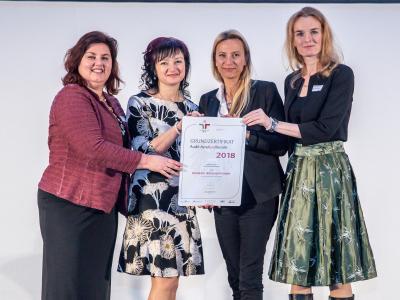 Familienministerin Juliane Bogner-Strauß überreicht das Gütezeichen berufundfamilie an die Kendrion (Eibiswald) GmbH