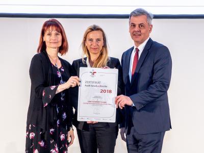 Familienministerin Juliane Bogner-Strauß überreicht das Gütezeichen berufundfamilie an die GMS GOURMET GmbH