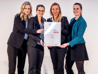 Familienministerin Juliane Bogner-Strauß überreicht das Gütezeichen berufundfamilie an die HOFER KG