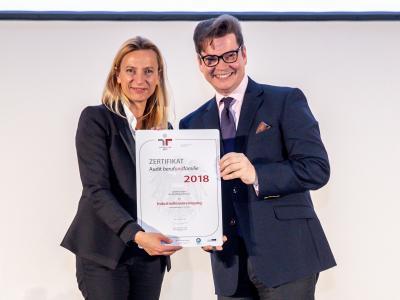 Familienministerin Juliane Bogner-Strauß überreicht das Gütezeichen berufundfamilie an die Industriellenvereinigung