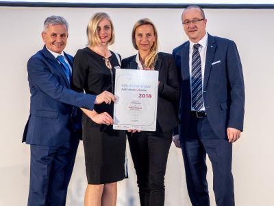 Familienministerin Juliane Bogner-Strauß überreicht das Gütezeichen berufundfamilie an die Mayer & Co Beschläge GmbH