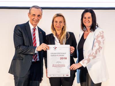 Familienministerin Juliane Bogner-Strauß überreicht das Gütezeichen berufundfamilie an die ABC Service & Produktion Integrativer Betrieb GmbH
