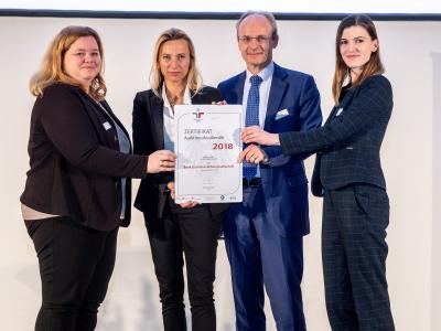 Familienministerin Juliane Bogner-Strauß überreicht das Gütezeichen berufundfamilie an die Bank Gutmann AG
