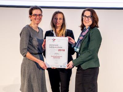 Familienministerin Juliane Bogner-Strauß überreicht das Gütezeichen berufundfamilie an die Krankenhaus Göttlicher Heiland GmbH