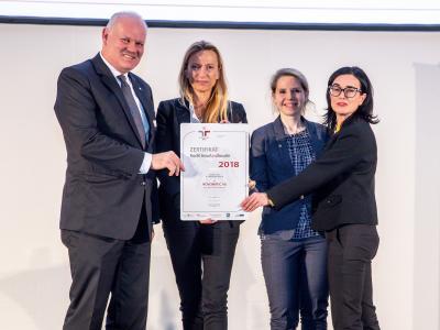 Familienministerin Juliane Bogner-Strauß überreicht das Gütezeichen berufundfamilie an die NOVOMATIC AG