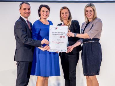 Familienministerin Juliane Bogner-Strauß überreicht das Gütezeichen berufundfamilie an die Raiffeisenbank Region Ried i.I. eGen