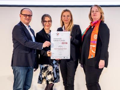 Familienministerin Juliane Bogner-Strauß überreicht das Gütezeichen berufundfamilie an die Oesterreichische Nationalbank