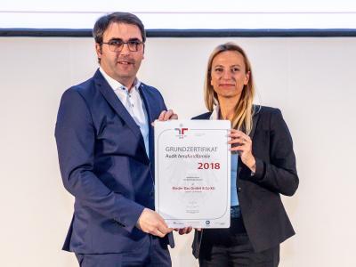 Familienministerin Juliane Bogner-Strauß überreicht das Gütezeichen berufundfamilie an die Rieder Bau GmbH & Co KG