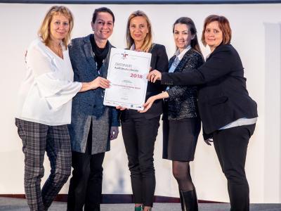 Familienministerin Juliane Bogner-Strauß überreicht das Gütezeichen berufundfamilie an die Österreichische Lotterien Gesellschaft m.b.H