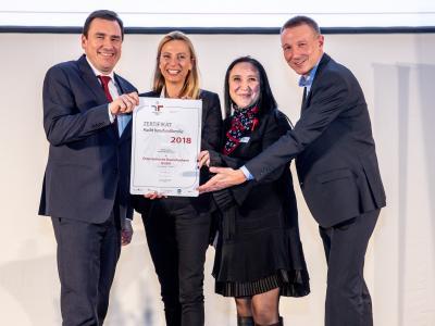 Familienministerin Juliane Bogner-Strauß überreicht das Gütezeichen berufundfamilie an die Österreichische Staatsdruckerei GmbH