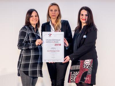 Familienministerin Juliane Bogner-Strauß überreicht das Gütezeichen berufundfamilie an Sony DADC
