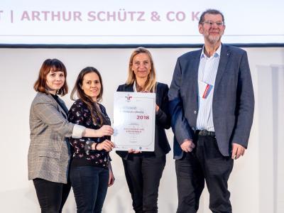 Familienministerin Juliane Bogner-Strauß überreicht das Gütezeichen berufundfamilie an die ÖTZ-NLP&NLPt | Arthur Schütz & Co KG