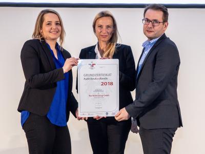 Familienministerin Juliane Bogner-Strauß überreicht das Gütezeichen berufundfamilie an The Skills Group GmbH