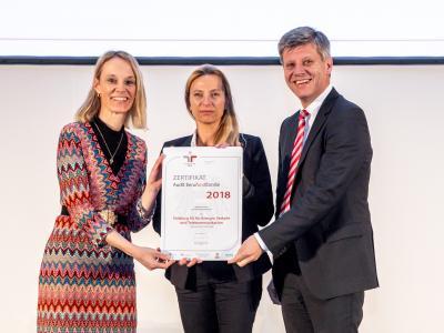 Familienministerin Juliane Bogner-Strauß überreicht das Gütezeichen berufundfamilie an die Salzburg AG
