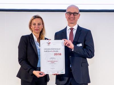 Familienministerin Juliane Bogner-Strauß überreicht das Gütezeichen berufundfamilie an das Umweltbundesamt