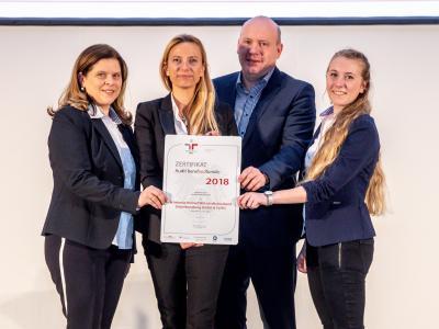 Familienministerin Juliane Bogner-Strauß überreicht das Gütezeichen berufundfamilie an die Schebesta Helmut Wirtschaftstreuhand Steuerberatung GmbH & Co KG