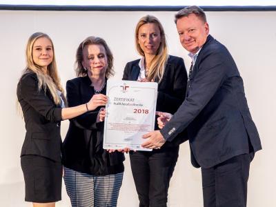 Familienministerin Juliane Bogner-Strauß überreicht das Gütezeichen berufundfamilie an Steuer- und Zollkoordination Region Mitte