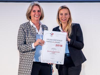Familienministerin Juliane Bogner-Strauß überreicht das Gütezeichen berufundfamilie an die Wucherer Energietechnik GmbH