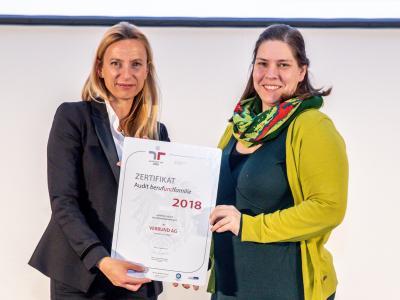 Familienministerin Juliane Bogner-Strauß überreicht das Gütezeichen berufundfamilie an die VERBUND AG