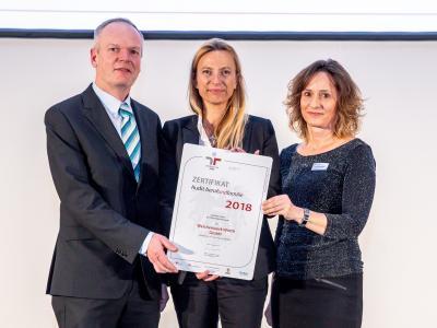 Familienministerin Juliane Bogner-Strauß überreicht das Gütezeichen berufundfamilie an die Weichenwerk Wörth GmbH