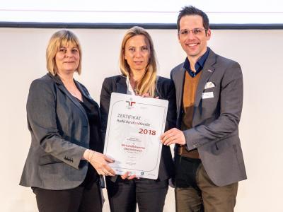 Familienministerin Juliane Bogner-Strauß überreicht das Gütezeichen berufundfamilie an die Wirtschaftskammer Oberösterreich